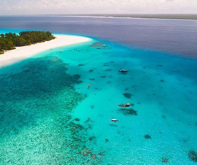 Wybrzeże zachwyca bielą piasku i błękitem wody.