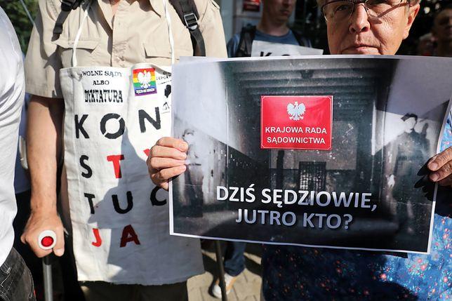 Protest przed KRS w Warszawie
