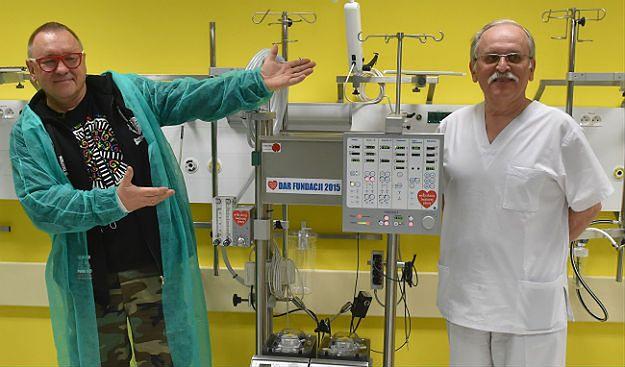 Jerzy Owsiak przekazuje na ręce profesora Janusza Skalskiego aparat ECMO, czyli sztuczne płuco-serce