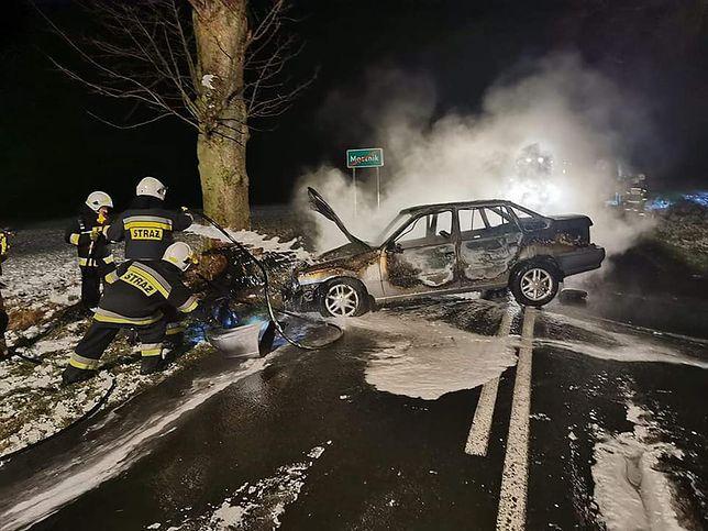 Wypadek pod Kołobrzegiem. Kierowca uratowany z płonącego wraku