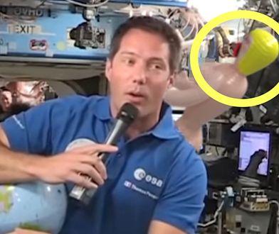 Komiczna wpadka na wizji. Za astronautą pojawiła się dmuchana lalka