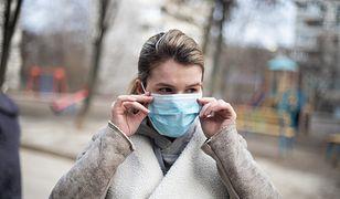 Koronawirus nasila problem szumów usznych. Nowe badania naukowców