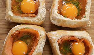 Jajo w gniazdku z łososiem