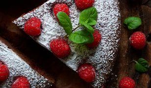 Czekoladowe ciasto majonezowe z malinami. Uczta dla zmysłów