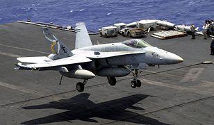 F/A-18C Hornet ląduje na pokładzie USS Constellation