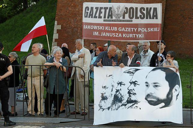 Słowne przepychanki pod Wawelem. Dwie manifestacje przywitały polityków PiS
