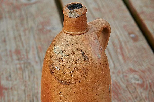 Kamionkowa butelka wydobyta z wraku żaglowca, który zatonął na Zatoce Gdańskiej w XIX wieku