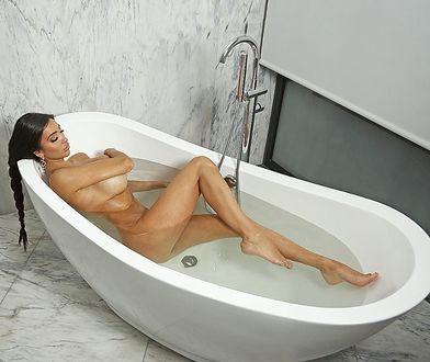 Chloe Khan nago w wannie. Rozgrzała swoich fanów