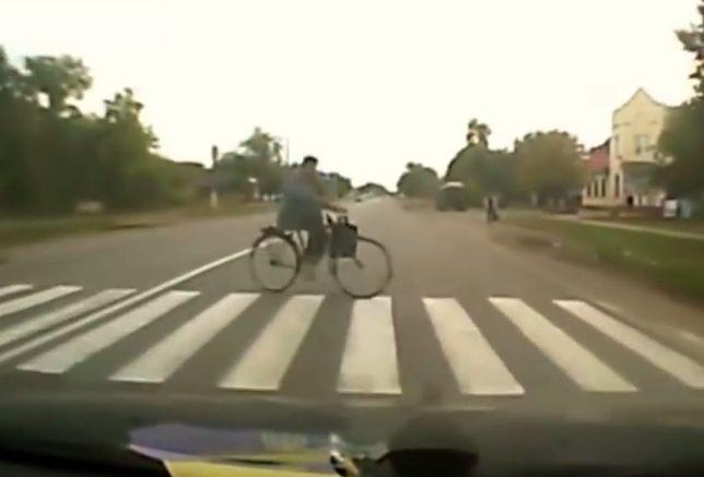 #dziejesiewmoto: o włos od potrącenia rowerzysty na przejściu