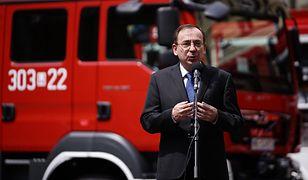 Szef MSWiA przemawia przed wręczeniem promesy na nowy wóz strażacki