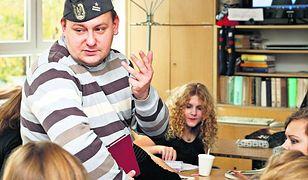 Ks. Marcin Maślak z III LO we Wrocławiu nie boi się dyskusji ani żartów z uczniami