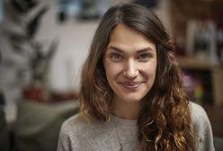 Refleksy na ciemnych włosach. Jakie wybrać i w jaki sposób wykonać je w domu?