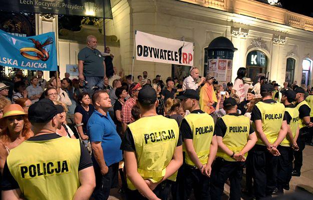 Obywatele RP chcą zablokować miesięcznicę smoleńską? Szef MSWiA i policja uspokajają