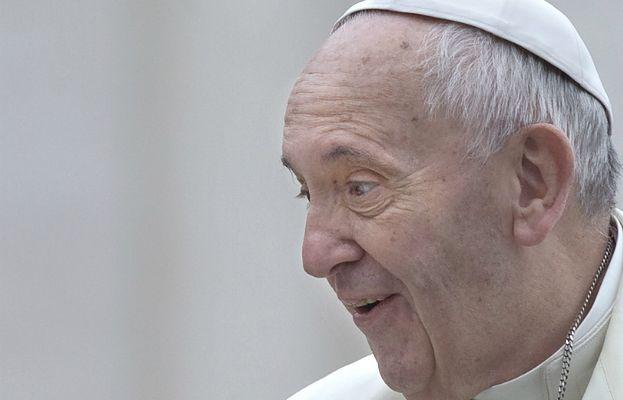 """3-latka spotkała papieża. I... """"ukradła"""" mu piuskę"""