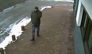 Wizerunek mężczyzny został zarejestrowany przez kamery monitoringu