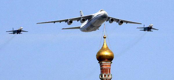 Rosyjski Ił-76 w asyście myśliwców