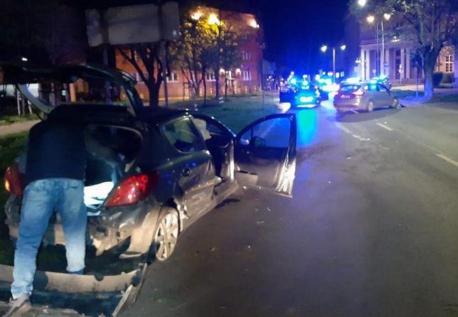 Śląskie. 26-letni kierowca peugeota, który nie zatrzymał się do kontroli w Częstochowie, taranował radiowozy.