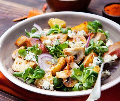 Sałatka jest idealnym pomysłem na lekką kolację.