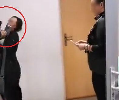 Uchwycony na wideo moment uderzenia przez księdza aktywistki z Dość Milczenia