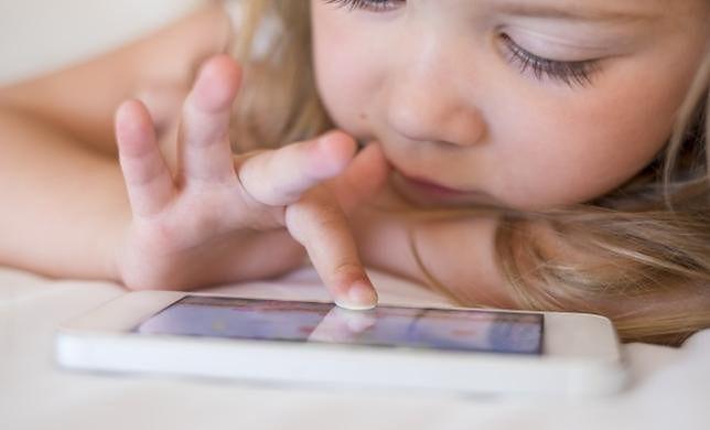 Pierwszy smartfon dzieci dostają w wieku 7-8 lat