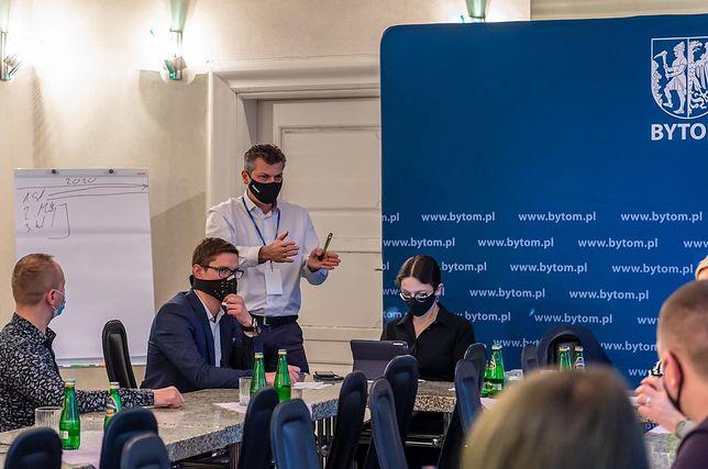 Śląskie. Prezydent Bytomia Mariusz Wołosz chce spotykać się z mieszkańcami - w dobie pandemii online.