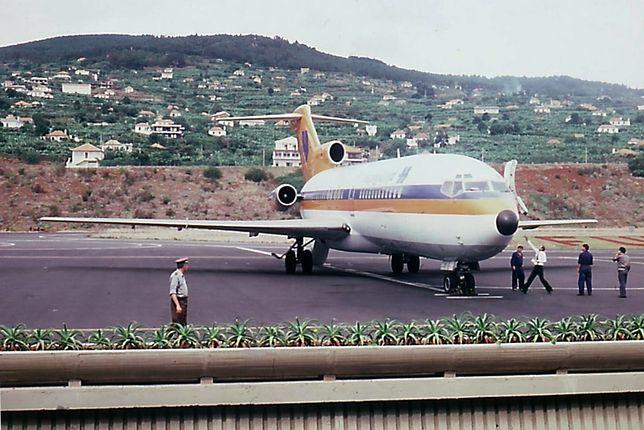 Lotnisko Madera położone jest ok. 13 km od Funchal. Niestety nie ma bezpośrednich lotów z Polski na Maderę