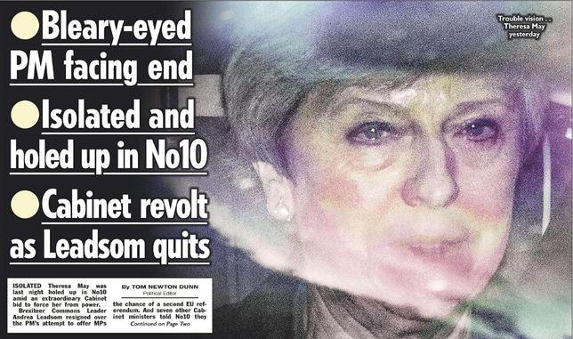 """""""Łzawa"""" Theresa May na okładkach w Wielkiej Brytanii. Prasa bezlitosna wobec premier"""