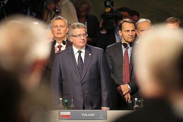 Prezydent Bronisław Komorowski z ministrem spraw zagranicznych Radosławem Sikorskim i ministrem obrony Tomaszem Siemoniakiem