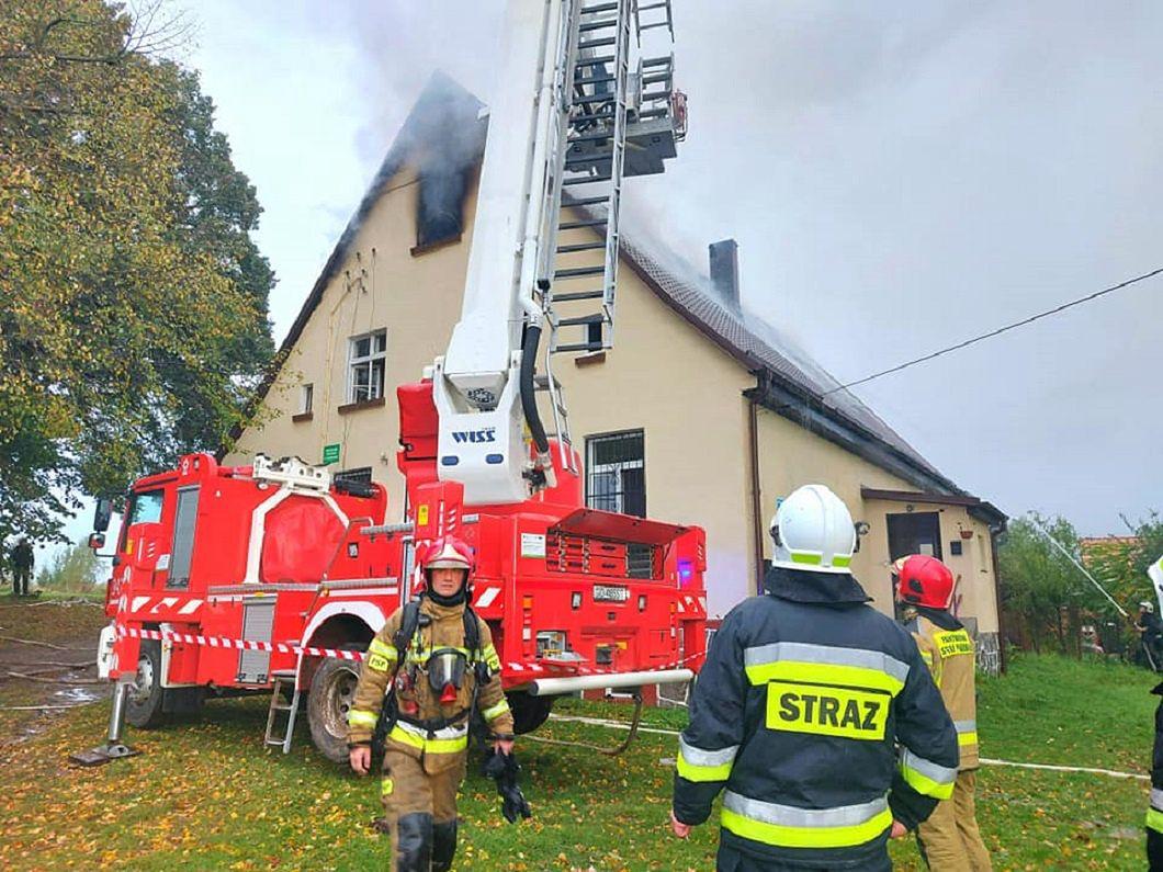 Pożar budynku mieszkalnego w Pustowie w gm. Kępice. (fot. KM PSP Słupsk)