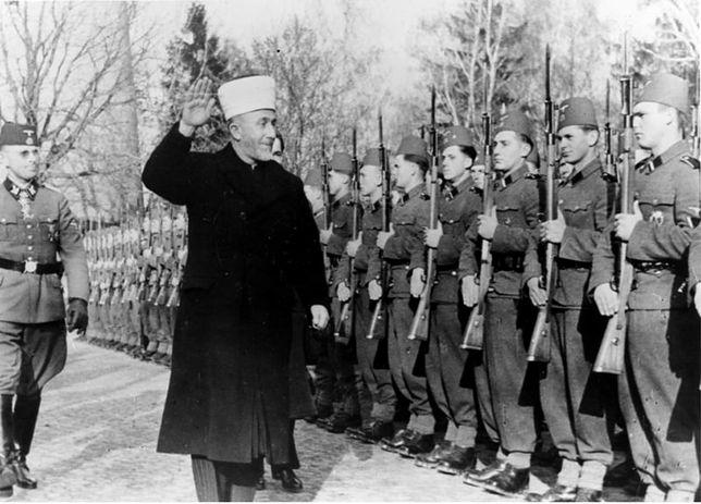 Al-Hadżdż Muhammad Amin al-Husajni, wielki mufti Jerozolimy z bośniackimi muzułmanami, którzy wstąpili na ochotnika do Waffen-SS, listopad 1943 r.