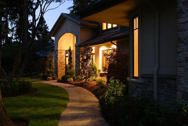 Oświetlenie zewnętrzne. Świet(l)na kreacja na elewacji domu
