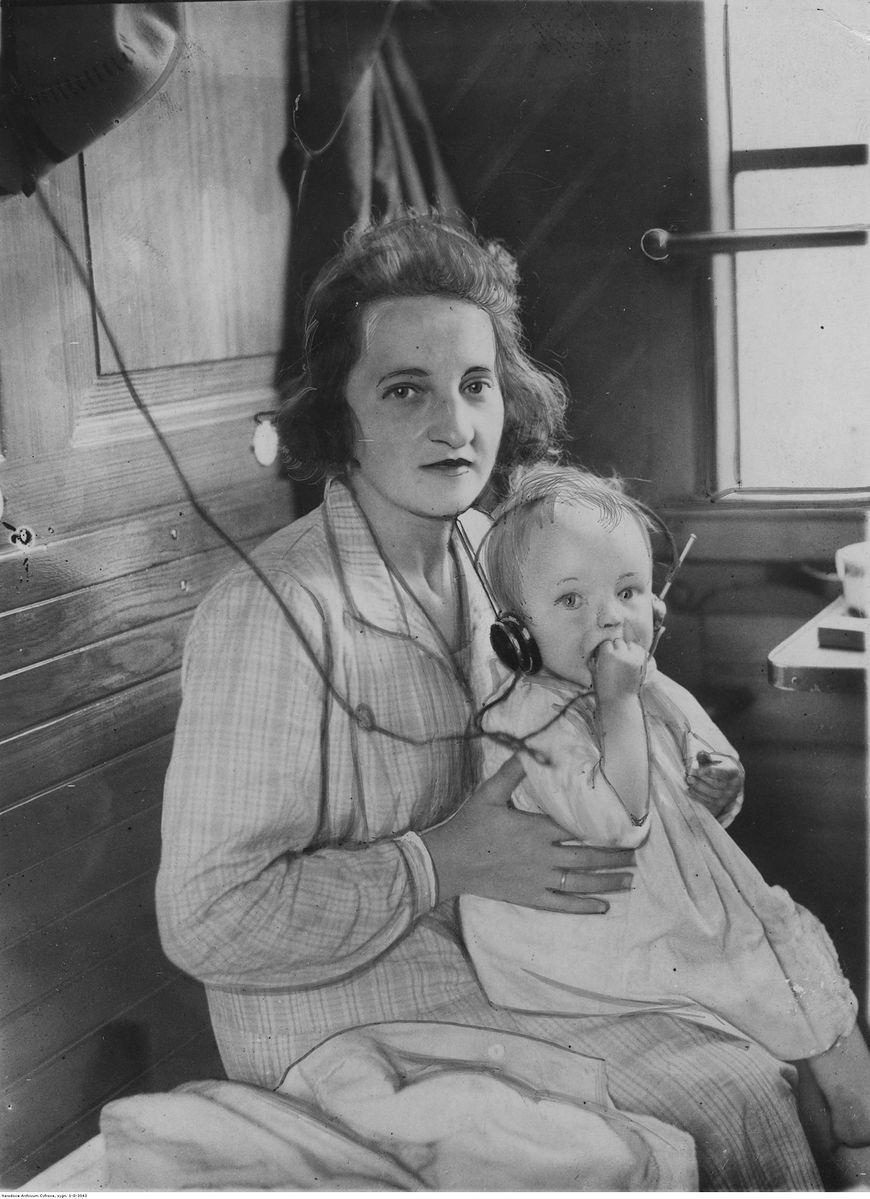 Kobieta z dzieckiem na kolanach w 1929 roku