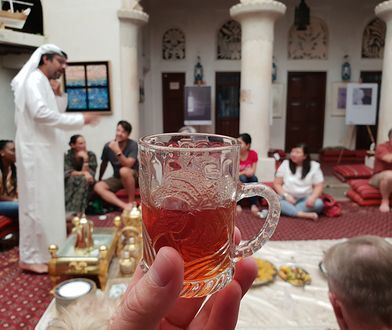 Jeśli miałbyś ochotę uczestniczyć w takiej tradycyjnej wieczerzy, skosztować typowych arabskich dań i poznać lokalna kulturę odszukaj Centrum Porozumienia Kulturowego Szejka Mohammeda