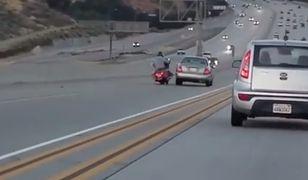 Motocyklista kopnął samochód. Spowodował karambol na autostradzie