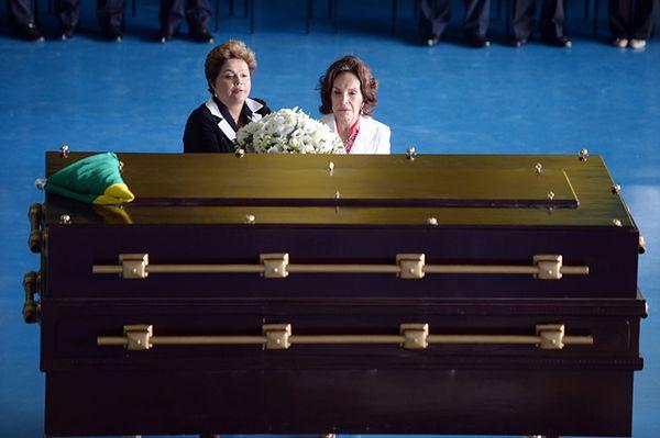 Prezydent Brazylii Dilma Rousseff i Maria Tereza Goulart, wdowa po Joao Goularcie przy trumnie z jego ekshumowanym ciałem