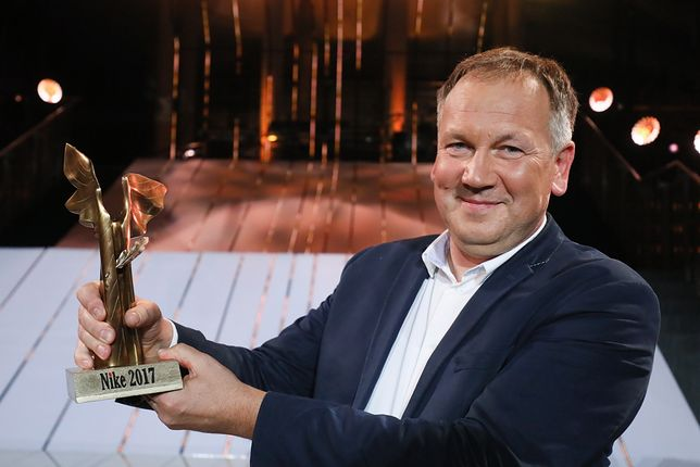 """Literacka Nagroda Nike dla Cezarego Łazarewicza za reportaż """"Żeby nie było śladów"""". Przeczytaj fragment"""