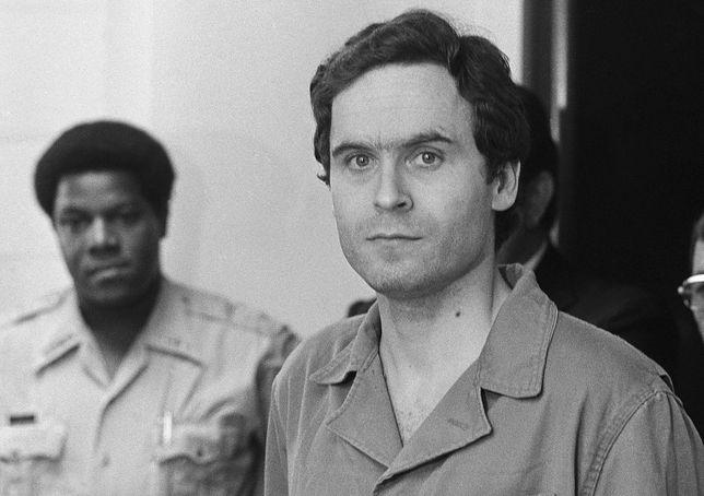 Ted Bundy w sądzie hrabstwa Leon podczas odczytywania przez szeryfa aktu oskarżenia
