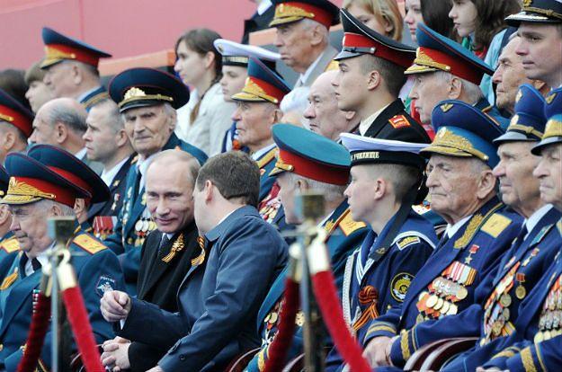 Władimir Putin i Dmitrij Miedwiediew w czasie defilady w Moskwie w 2012 r.