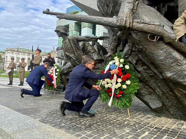 Warszawa. Derek Chollet, przedstawiciel amerykańskiej dyplomacji, doradca sekretarza stanu USA odwiedza Polskę w dniach 22 i 23 lipca. Wizytę rozpoczął złożeniem wieńców w hołdzie bohaterom Powstania Warszawskiego