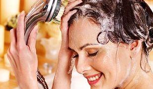 Jak przyciemnić włosy? Zmiana tonu rozjaśniania