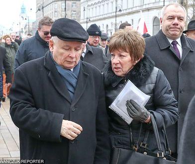 Zofia Itwin wręcza Jarosławowi Kaczyńskiemu dokumenty podczas lutowej miesięcznicy smoleńskiej.