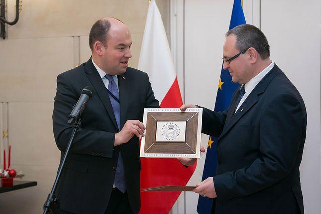 Konsul Sławomir Kowalski (po prawej) odbiera nagrodę MSZ.