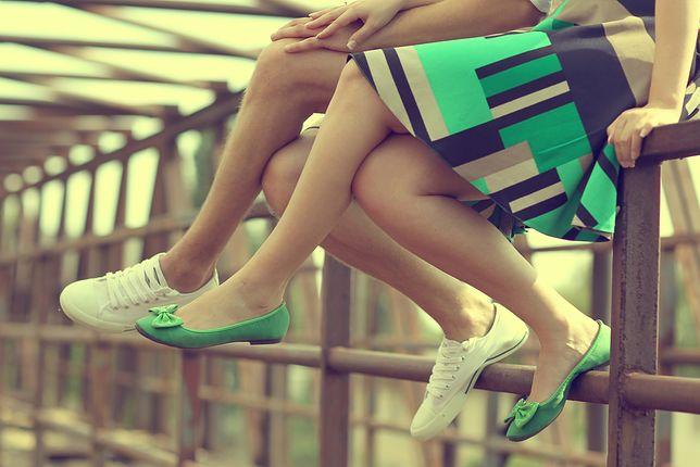 Kolorowe baleriny z kokardką dopasuj do wzorzystej sukienki