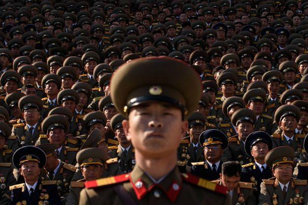 Północnokoreańscy wojskowi podczas oglądania defilady wojskowej w Pjongjangu