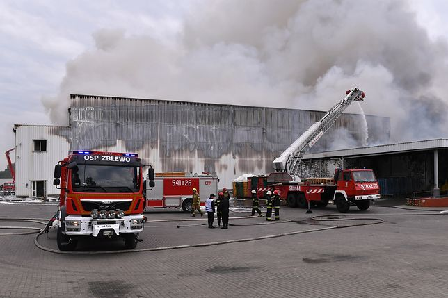 Gaszenie pożaru hali magazynowo-produkcyjnej w Skórczu