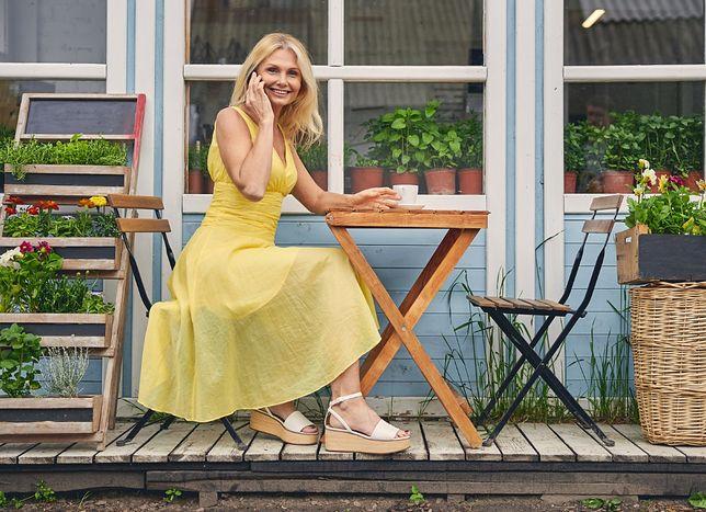 Espadryle i sandały na koturnach włożysz zarówno do jeansowych szortów, jak i eleganckiej sukienki