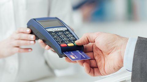 W Polsce gotówka ma sięcoraz gorzej, ale i płatności mobilne szału nie robią