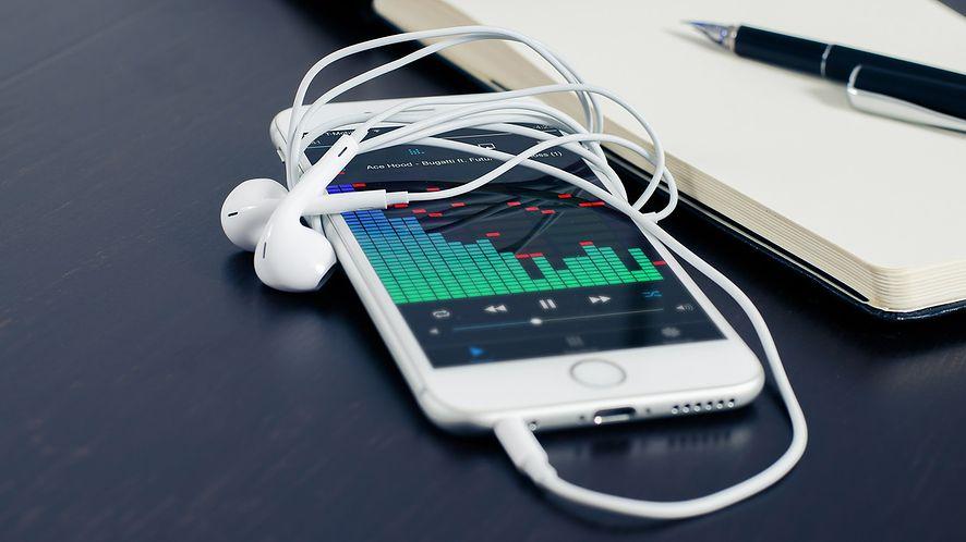 Jak słuchać stacji radiowych i podcastów na komputerze i smartfonie?