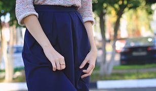 Rozkloszowane spódnice możemy włożyć do eleganckiej bluzki i prostego sweterka