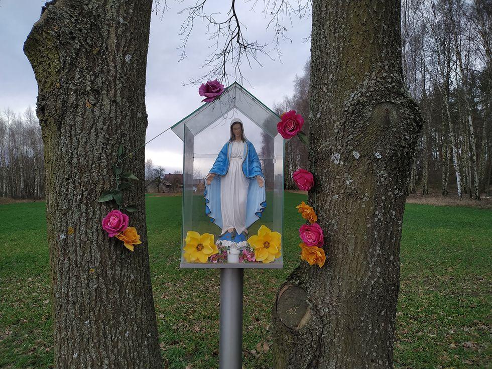 Nieporównanie częściej można natknąć się na różne oblicza Matki Boskiej, zerkającej z przydrożnych kapliczek.
